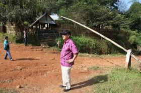 タイ・ミャンマーの国境(左側がタイ).JPG