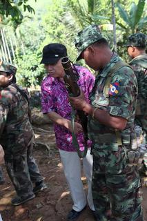 護衛のモン族軍の兵士と共に2.JPGのサムネール画像
