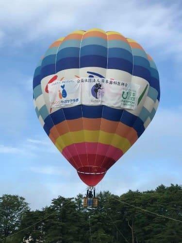 難病の子どもと家族の交流キャンプにおける熱気球の乗船体験と交流イベント